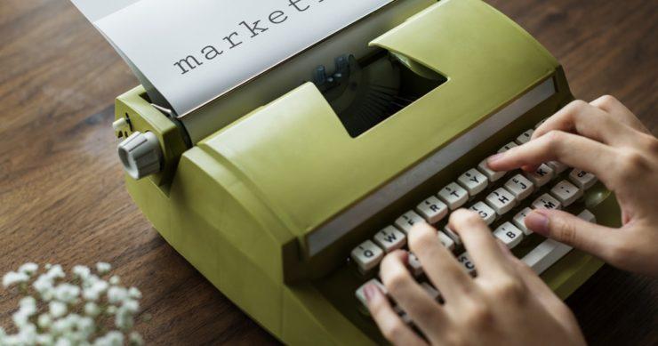 Máquina de escrever digitando 'marketing'