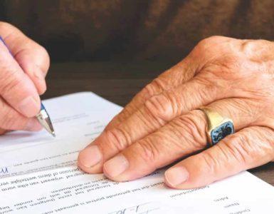 Pessoa assinando documento
