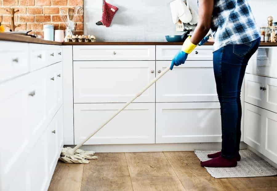 Empregada doméstica limpando o chão