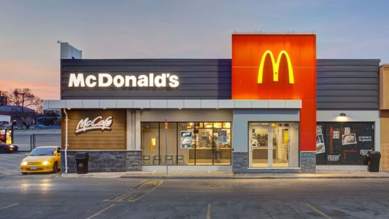 Exemplo de fachada de loja do McDonald's