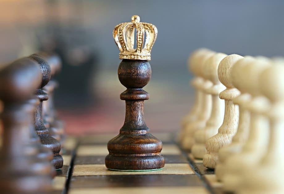 Peças de xadrez exemplificando aliança estratégica