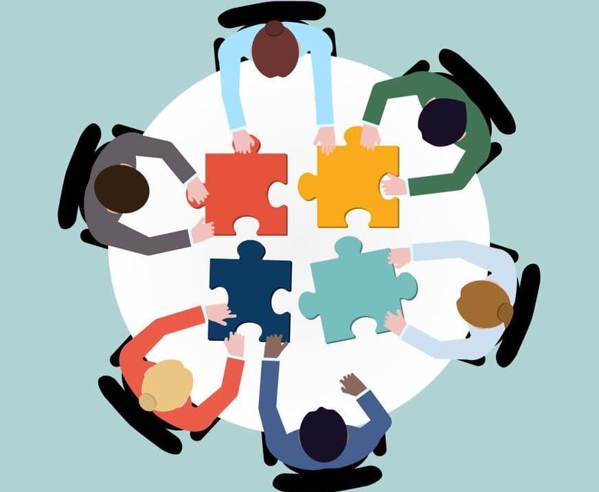 Pessoas reunidas em uma mesa redonda representando o Oligopólio