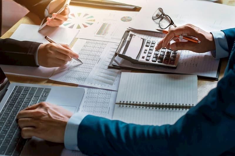 Como a contabilidade financeira difere da contabilidade gerencial?